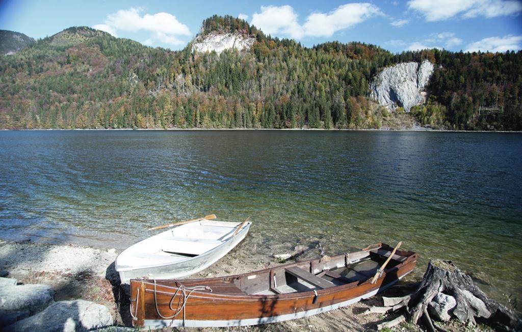 schwarzensee-mit-ruderbooten